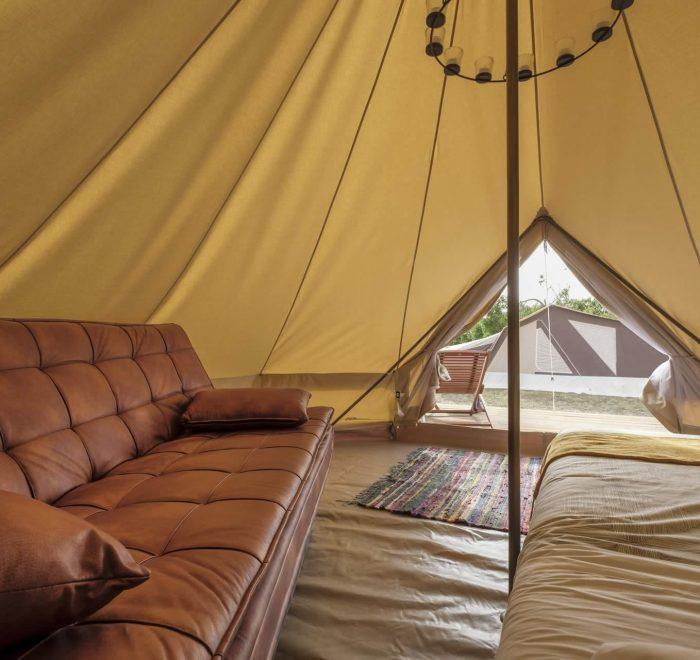 Cama y sofá tienda safari Camping A Lagoa